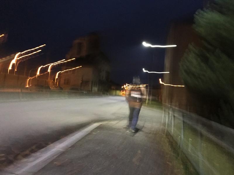 Noční scéna širokoúhlým objektivem za chůze a od boku.
